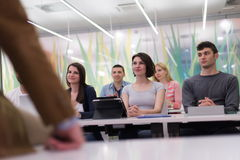 Professeur avec un groupe d'étudiants dans la salle de classe Images stock