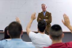 Professeur avec un groupe d'étudiants dans la salle de classe Photographie stock