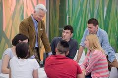Professeur avec un groupe d'étudiants dans la salle de classe Images libres de droits
