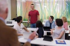 Professeur avec un groupe d'étudiants dans la salle de classe Photo libre de droits