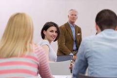 Professeur avec un groupe d'étudiants de lycée dans la salle de classe Photo stock