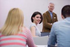 Professeur avec un groupe d'étudiants de lycée dans la salle de classe Photos stock
