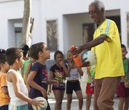 Professeur With Children d'éducation physique Photographie stock