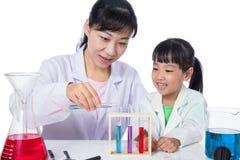 Professeur chinois asiatique et petite fille d'étudiant travaillant avec l'essai image libre de droits