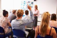 Professeur With College Students donnant la leçon dans la salle de classe Image libre de droits