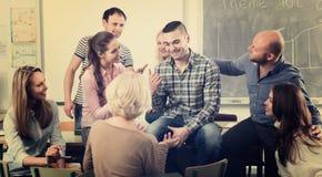 Professeur consultant différents étudiants d'âge photos stock