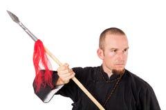 Professeur d'arts martiaux avec la lance dans la pose défensive Images libres de droits