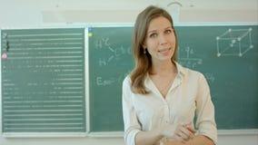 Professeur d'université parlant dans l'appareil-photo banque de vidéos