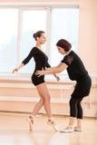 Professeur de ballet et jeune fille à la classe de danse Photo stock