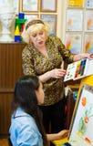 Professeur de dessin avec l'étudiant Photo stock