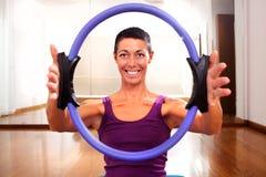 Professeur de forme physique rendant exercisese avec l'outil de cercle Photos libres de droits