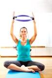 Professeur de forme physique rendant exercisese avec l'outil de cercle Photographie stock libre de droits