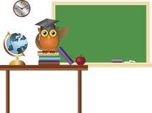 Professeur de hibou dans l'illustration de tableau de salle de classe Photo stock