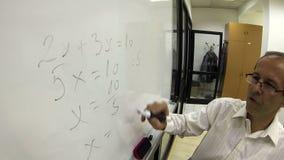 Professeur de maths au travail clips vidéos