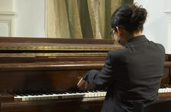 Professeur de piano Playing From Back photos stock