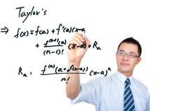 Professeur dessinant une formule mathématique Images stock