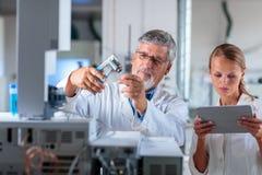 Professeur/docteur supérieurs de chimie dans un laboratoire Photographie stock libre de droits