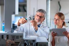 Professeur/docteur supérieurs de chimie dans un laboratoire Images stock