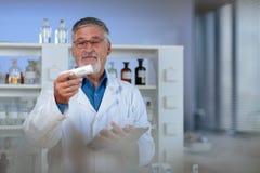 Professeur/docteur supérieurs de chimie dans un laboratoire Image stock