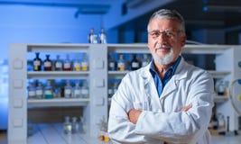 Professeur/docteur supérieurs de chimie dans un laboratoire Photographie stock