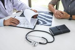 Professeur Doctor recommandent la méthode de traitement avec le patient et le HOL images libres de droits