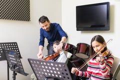 Professeur Enhancing Music Knowledge des enfants images stock