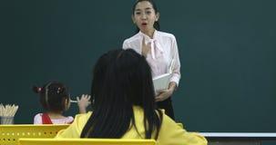 Professeur enseignant ses étudiants dans la salle de classe banque de vidéos
