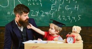 Professeur et élève dans la taloche, tableau sur le fond Badinez la gêne gaie tout en étudiant, déficit d'attention photos libres de droits