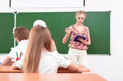 Professeur et élèves dans la salle de classe Images libres de droits