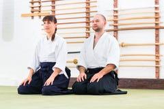 Professeur et étudiant à l'école d'arts martiaux d'Aikido photographie stock