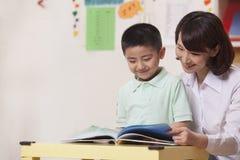 Professeur et étudiant Reading image stock