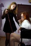 Professeur et étudiante de Madame dans une salle de classe Photo libre de droits
