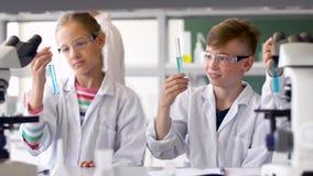 Professeur et étudiants étudiant la chimie à l'école clips vidéos