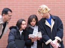 Professeur et étudiants images stock