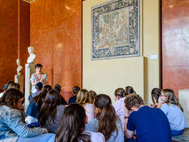 Professeur et étudiants au Louvre Photos stock