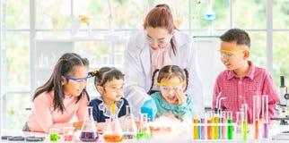Professeur et étudiants dans le laboratoire, flotteur de fumée  image libre de droits