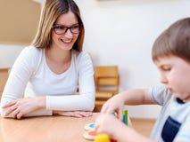 Professeur et enfant ayant l'amusement et le temps créatif ensemble Photos stock