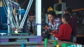Professeur et enfants explorant la modélisation 3d banque de vidéos