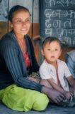 Professeur et fille curieuse au Népal Photographie stock