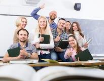 Professeur et groupe positifs d'étudiants photos libres de droits