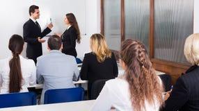 Professeur et professionnels aux cours image stock
