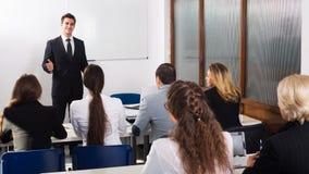 Professeur et professionnels aux cours images stock