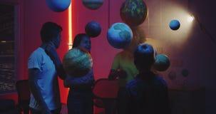 Professeur expliquant l'astronomie aux étudiants clips vidéos