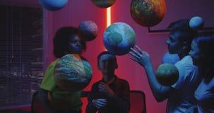 Professeur expliquant l'astronomie aux étudiants banque de vidéos