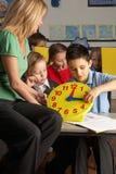 Professeur féminin dans les enfants de enseignement d'école primaire Photographie stock