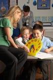 Professeur féminin dans les enfants de enseignement d'école primaire Images libres de droits