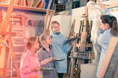 Professeur féminin parlant des méthodes de peinture photos libres de droits