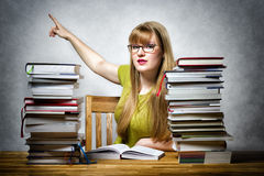 Professeur féminin se dirigeant de retour Photo stock