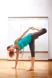 Professeur faisant des exercices de forme physique avec passion images stock