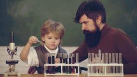 Professeur Helping Pupils Studying aux bureaux dans la salle de classe De nouveau ? l'?cole et ? l'enseignement ? domicile Profes clips vidéos